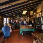 Salle du bar de l'Auberge du Pêcheur à Groix