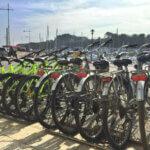 Rangée de vélos de Bikini Bike location de vélos à Groix