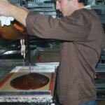 Sébastien travaille le caramel pour les Caramels de Groix