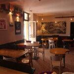 Intérieur du bar et café Le Mojo à Groix