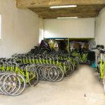 Flotte vélos Au Vélo Vert locations de vélos dans la montée du Port Tudy à Groix