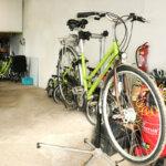 Vélo en réparation au Vélo Vert locations de vélos dans la montée du Port Tudy à Groix