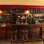 Salle intérieure du Bar et Tabac Pop's Tavern à Groix