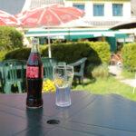Boisson dans le jardin du Bar et Tabac Pop's Tavern à Groix