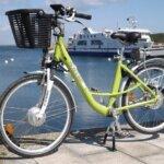 Vélo électrique au Vélo Vert locations de vélos dans la montée du Port Tudy à Groix