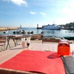 Terrasse du restaurant de produits de la mer le Pub de la Jetée à Groix